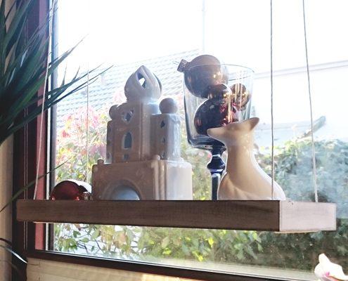 Hängeregal fürs Fenster aus einem alten Holztablett
