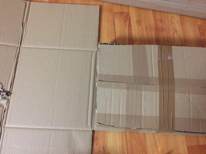 Kartons auseinanderschneiden