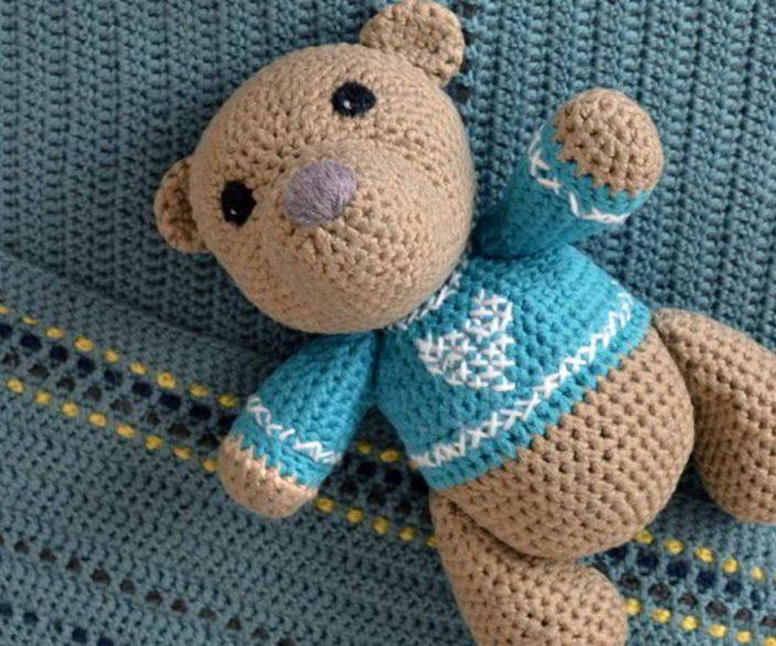 Babygeschenk gehäkelter Teddy und Decke