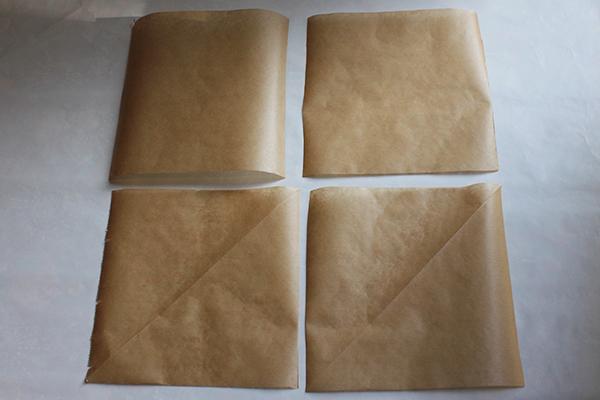 vier Quadrate aus Backpapier