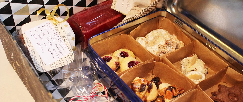 Ein fertiges Geschenkset, gefüllt mit Plätzchen und anderen Dingen